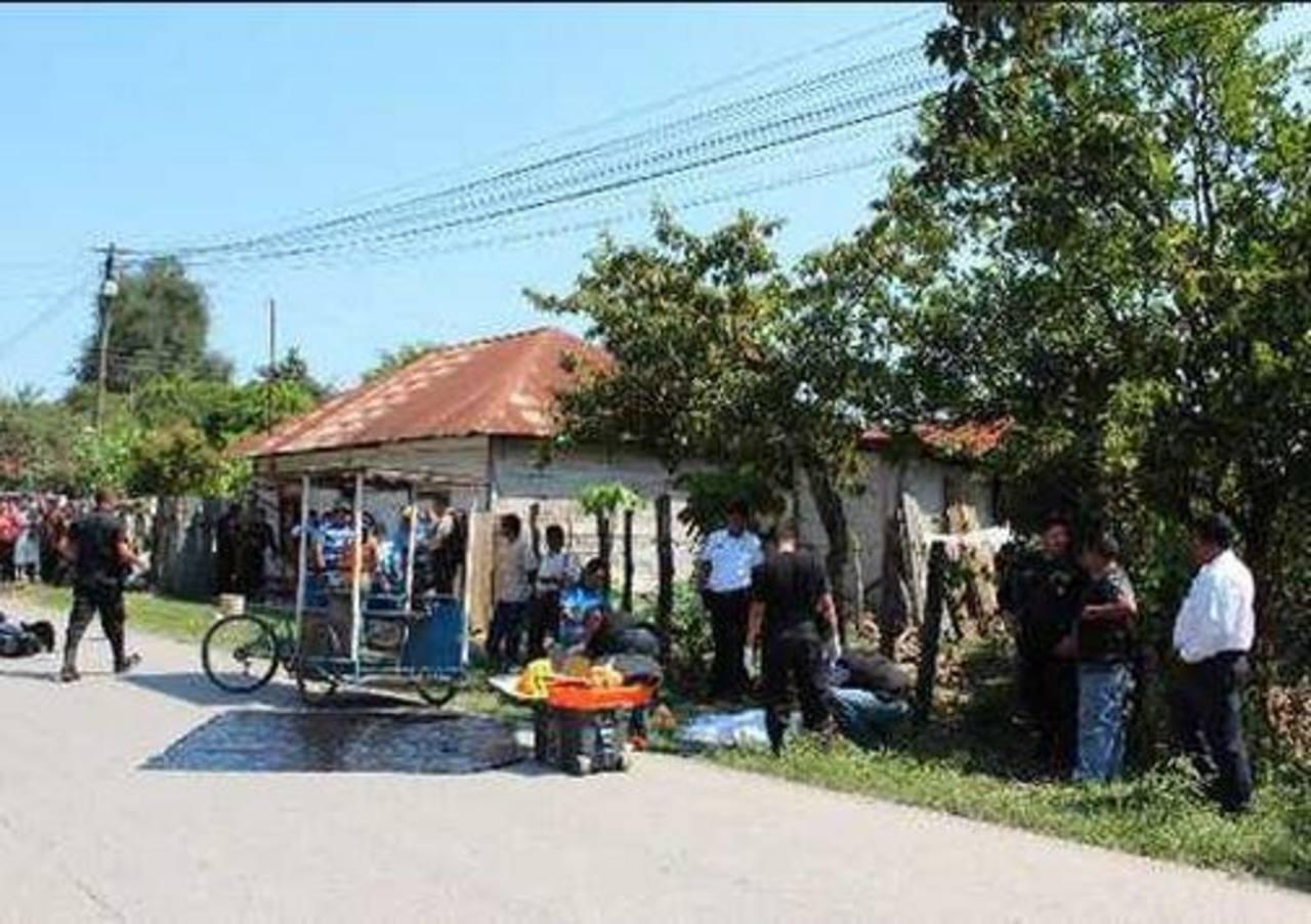Varios policías permanecían en los alrededores del sitio donde ocurrió la matanza en el municipio de San Luis, mientras vecinos del lugar observaban. foto edh / Tomada de Prensa Libre