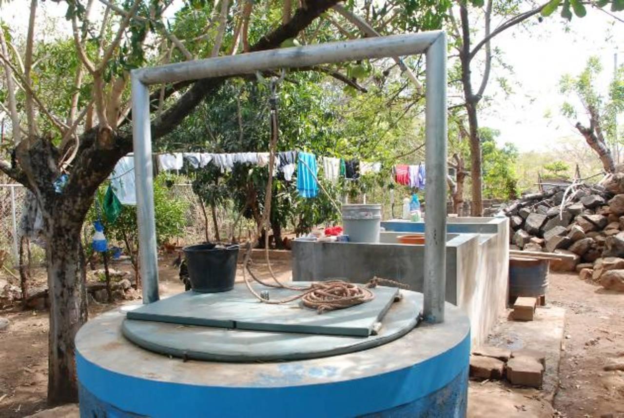 Para abastecerse, las familias afectadas consumen agua de pozo o la compran . Foto EDH / insy mendoza