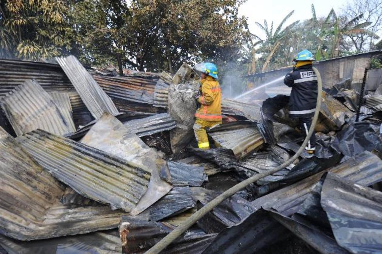 Bomberos sofocan incendio en un mesón situado en el pasaje Roldán y calle Gerardo Barrios en San Salvador. En Morazán y La Unión dos personas murieron quemadas. Foto EDH / Huber Rosales.