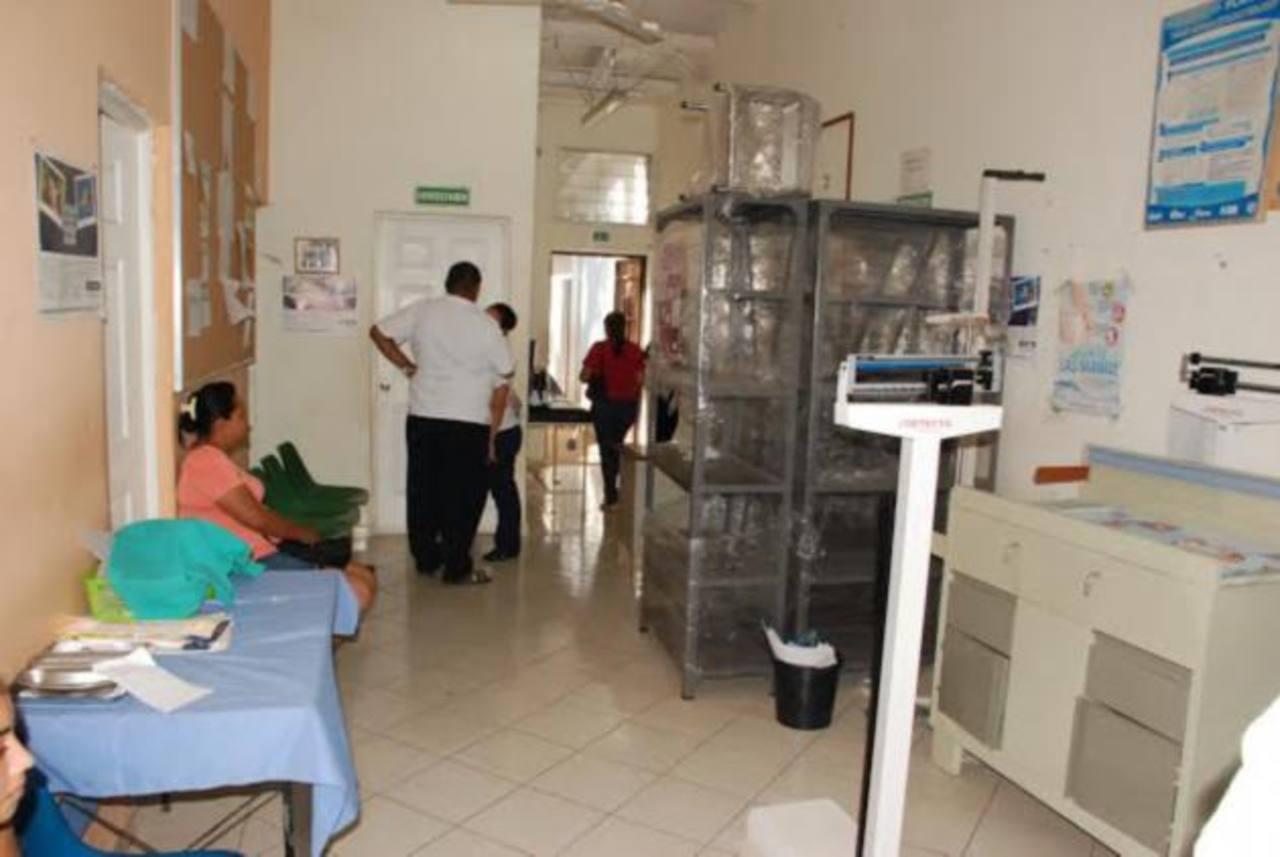 Usuarios de la Unidad de Salud San Carlos Borromeo, dicen que no irán a nuevo local por temor a pandillas. foto edh / Insy Mendoza