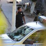 Un agente de la Policía custodia el sitio donde ayer hallaron el cadáver de un hombre en Apopa. Foto EDH / Mauricio Cáceres