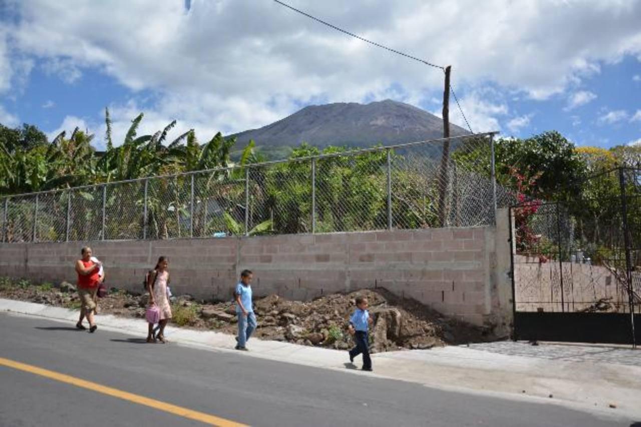 Las familias de comunidades del volcán siguen viviendo en zozobra porque la actividad del coloso sigue alta. foto EDH / carlos segovia