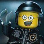 """El personaje policía malo-policía bueno, cuya voz proporcionó el actor Liam Neeson, en una escena de la película """"The Lego Movie"""". Foto/ AP"""