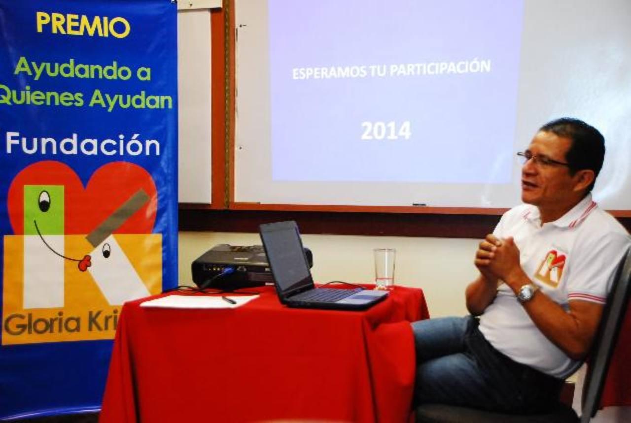 Douglas Marroquín, gerente de Proyectos de la organización, explicó a los asistentes los requisitos para participar en la competencia. foto edh /Jenny Ventura