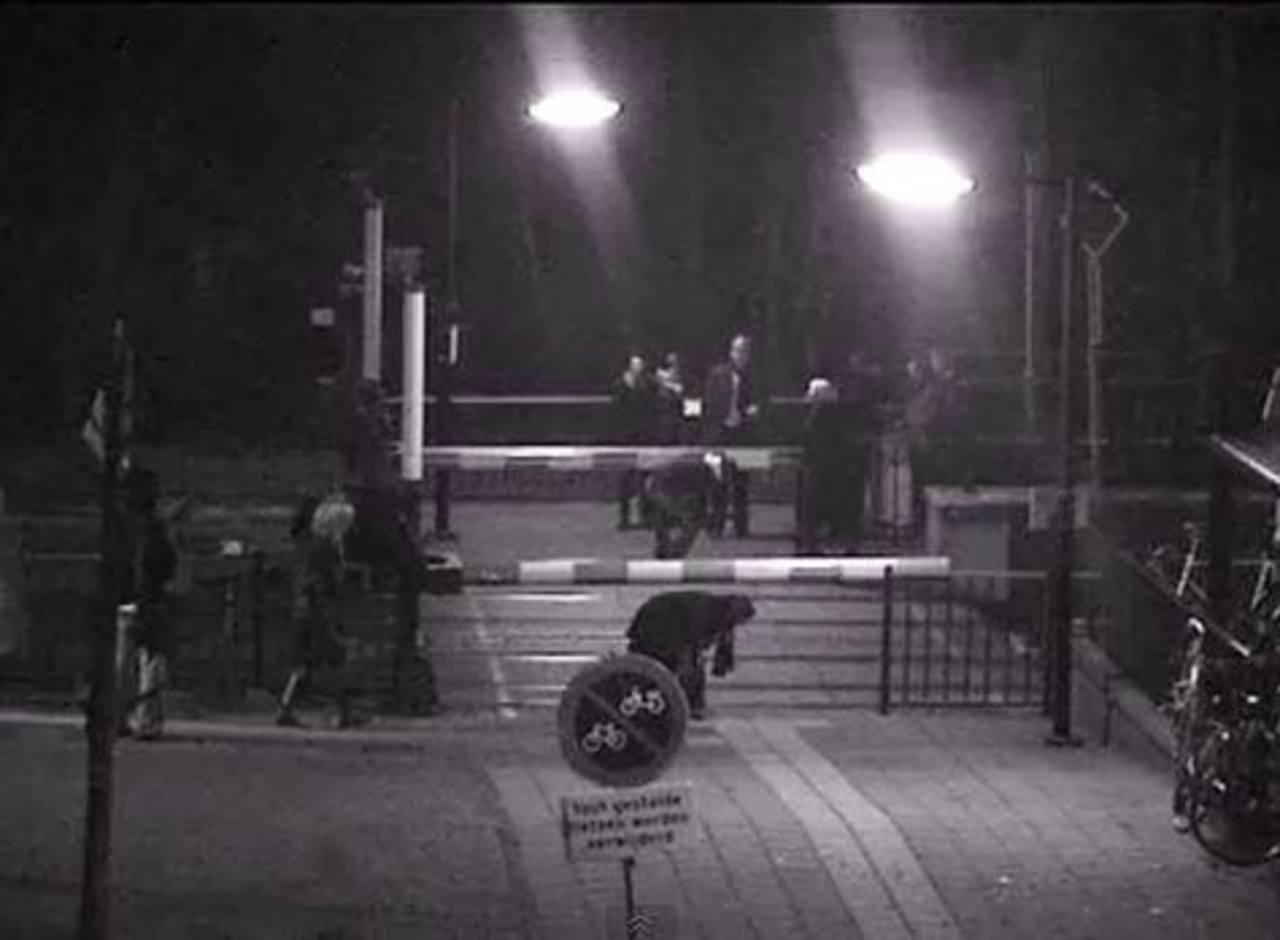 Video: Mujer escapa de ser embestida por tren