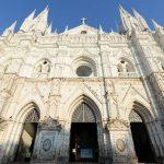 La fachada con sus torres está ornamentada hasta el cornisamento (conjunto de molduras que coronan un edificio) y su altura hasta el vértice del frontón es de 23 metros.