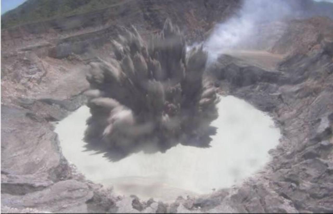 Imagen aérea del volcán Poás.