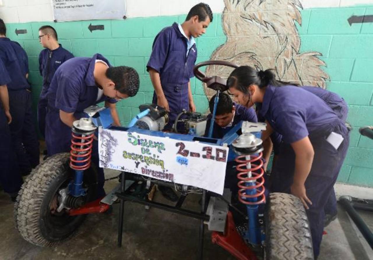 Los institutos nacionales que tienen bachilleratos técnicos enfrentan muchas necesidades de materiales. Foto EDH / ARCHIVO