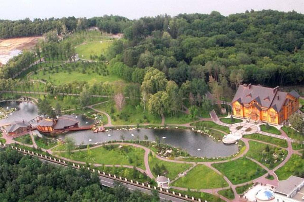 Imágenes aéreas muestran que hay una pista de aterrizaje para helicópteros y un campo de golf. foto edh / internet
