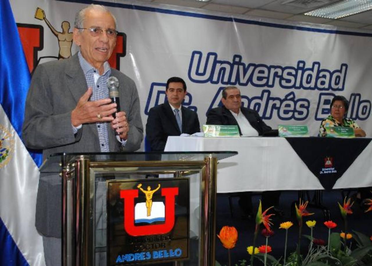 Representantes de la Universidad, durante la presentación del nuevo equipo tecnológico.