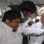 Periodistas intentan entrevistar a un diputado perjudicado por el gas pimienta, mientras abandona el Parlamento indio. Foto/ EFE