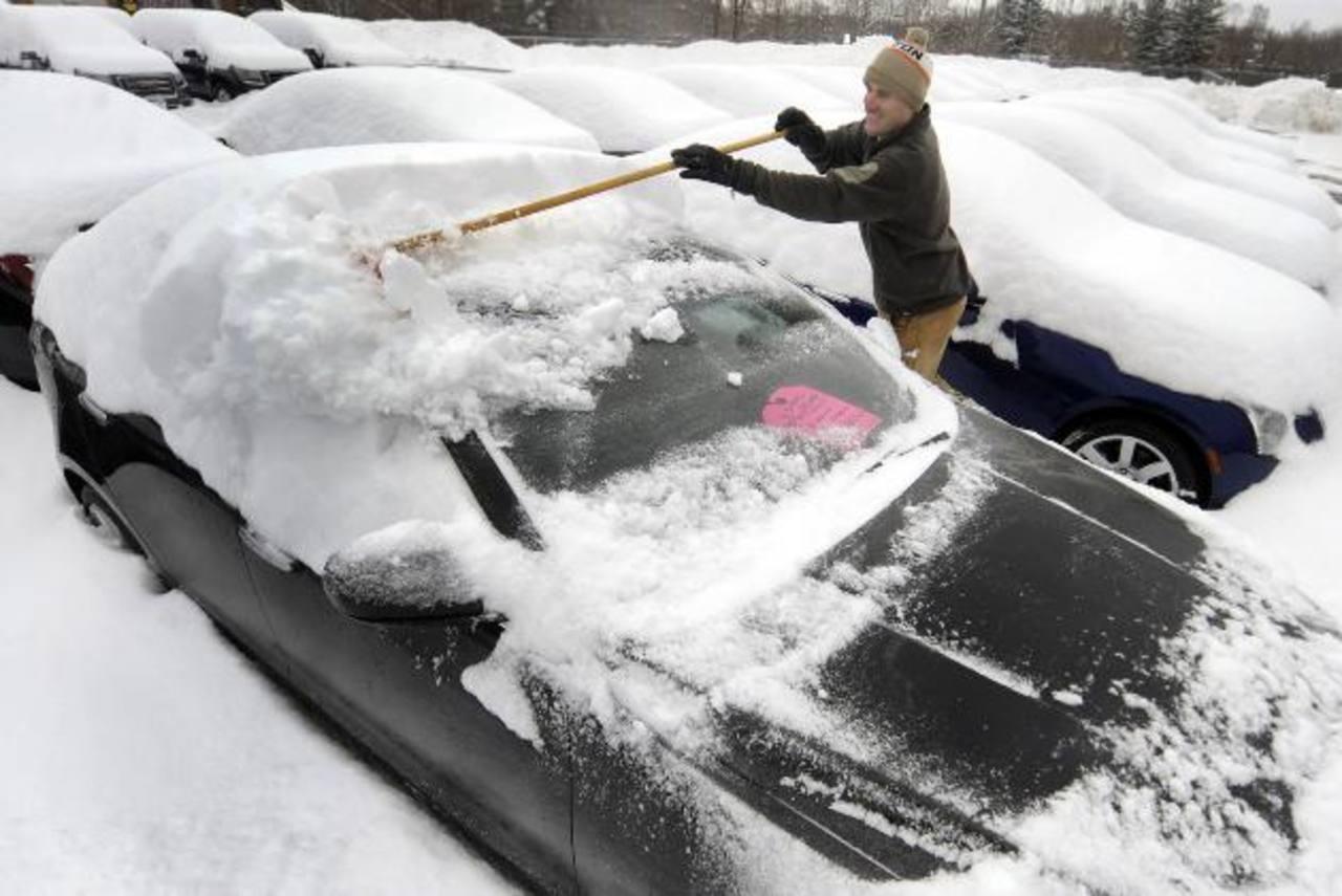 Habitantes de Vernon, Connecticut, son de los miles de afectados por la nevada y las bajas temperaturas que ha dejado la tormenta invernal. foto edh / AP