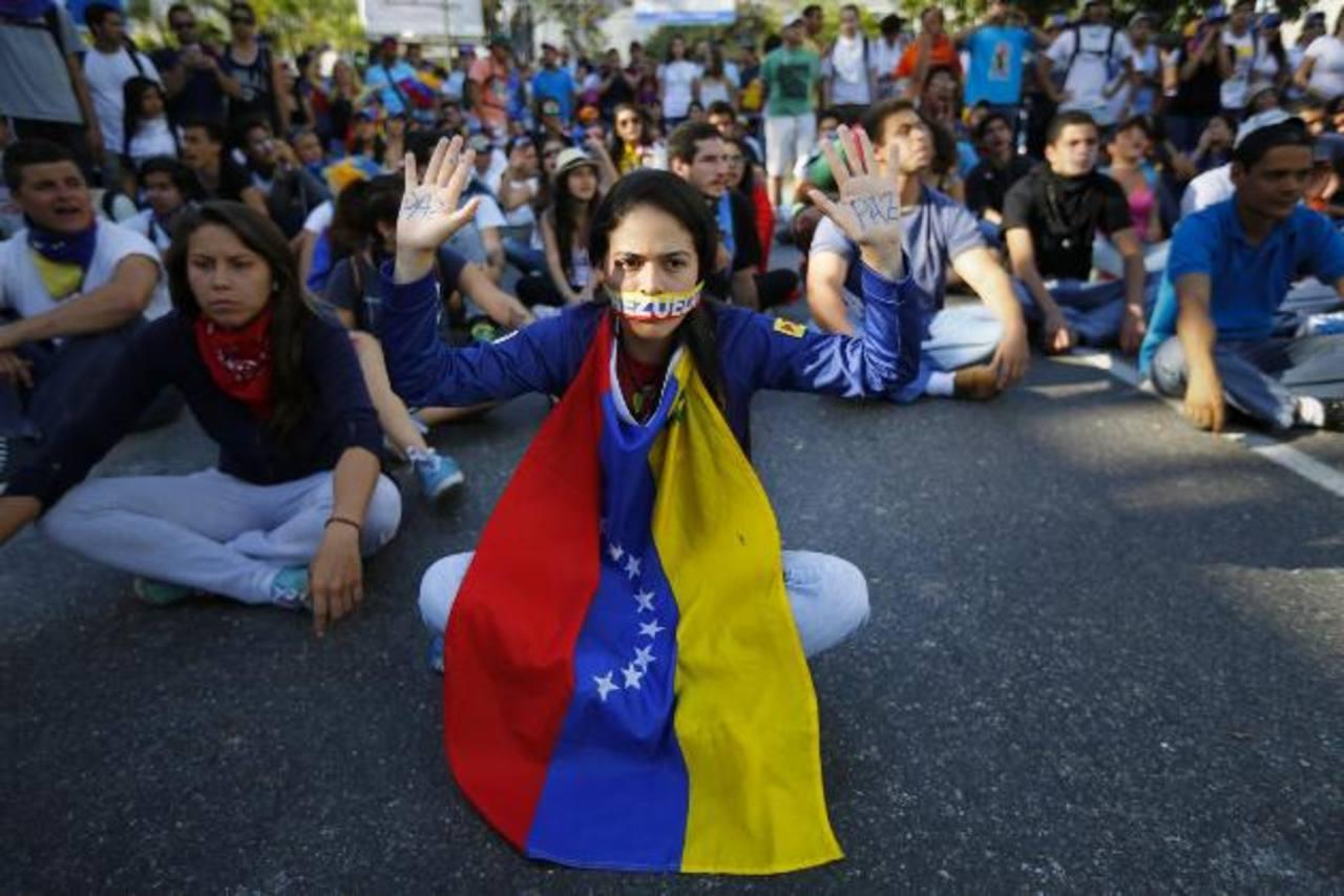 Decenas de estudiantes venezolanos cerraron una de las principales calles de Caracas para protestar contra el gobierno por la censura a los medios. foto edh / reuters