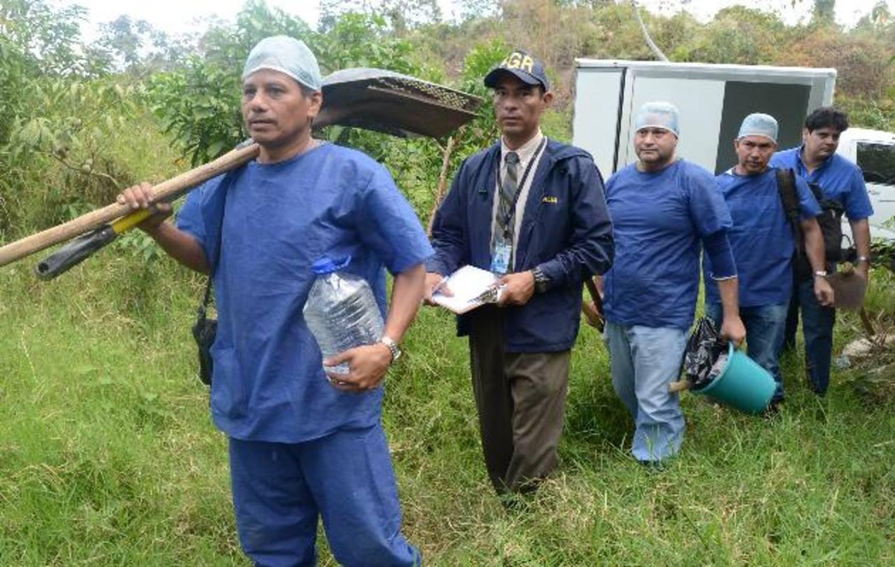 Un equipo de la Fiscalía con policías continuó ayer las excavaciones en la Finca San Andrés, de San Martín, donde supuestamente hay un cementerio clandestino. Foto EDH / Ericka Chávez.