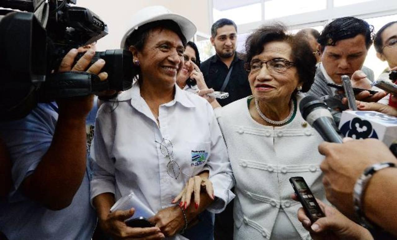 La ministra de Salud (derecha) se apoya en el brazo de la ingeniero Cecilia de Morán, Directora de Infraestructura Sanitaria del Minsal. Foto EDH /