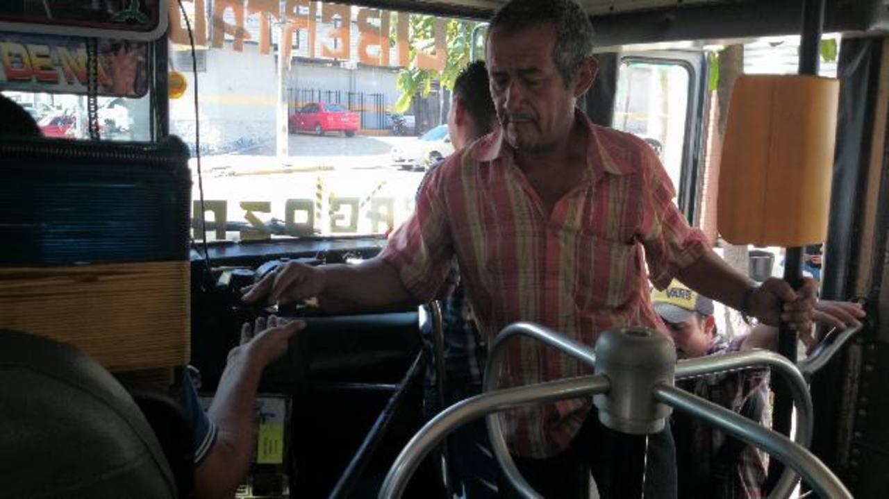 Usuario de la ruta 102, de La Libertad, paga el pasaje en efectivo. Durante la mañana solo dos personas pagaron con la prepago. foto edh / Marielos Ramírez