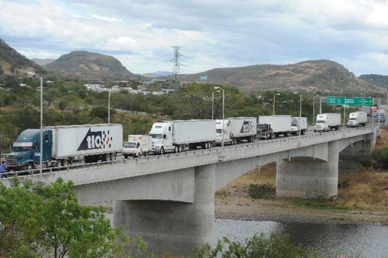 Transportistas de carga paralizaron las fronteras del país a inicios de este año, por el pago de $18 en Aduanas. Foto EDH/ archivo