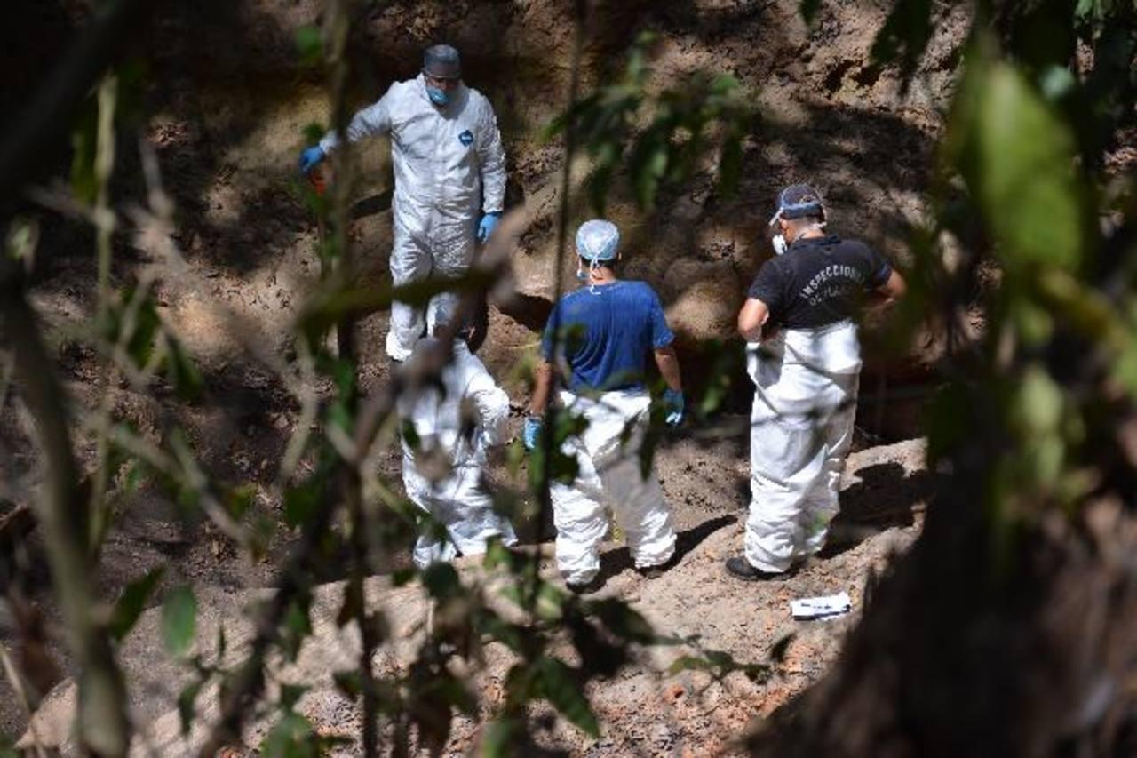 Personal de Laboratorio de la Policía inspeccionó la quebrada en la que fueron enterrados dos cuerpos. Foto edh/ carlos segovia