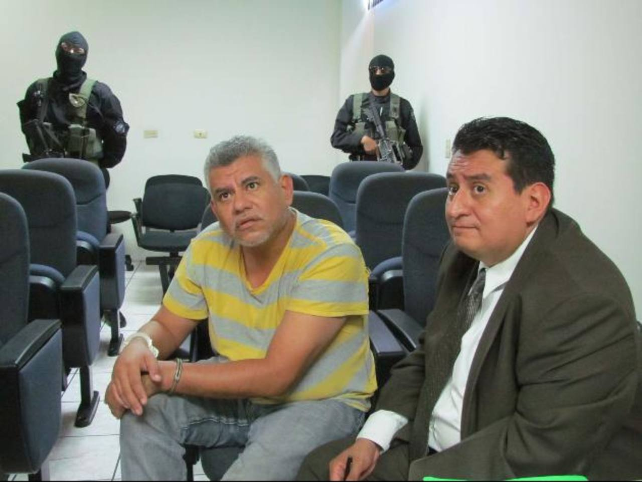 Roberto Herrera Hernández, camisa rayas amarilla, es procesado por delitos relacionados con el narcotráfico. Foto EDH / Archivo.