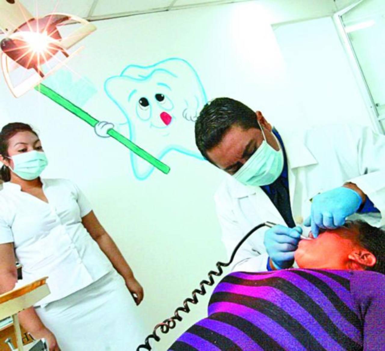 Una usuaria del mercado Central recibe atención en la clínica que comenzó el lunes sus atenciones. Foto EDH cortesía