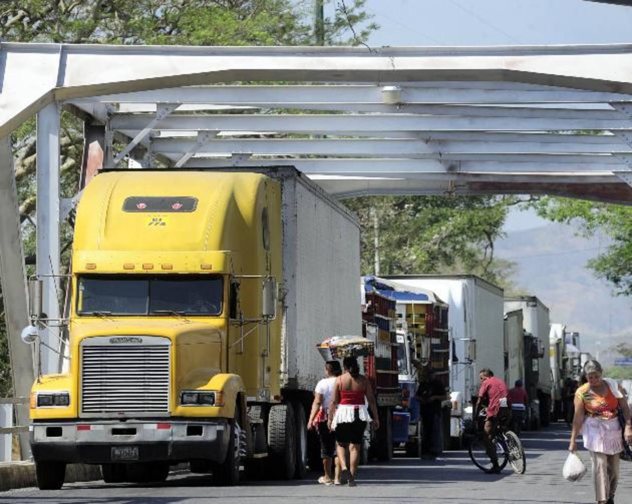 Desgano del personal de Aduanas en La Hachadura e ineficiencia en el manejo del sistema Rayos X vuelven el paso, por ese punto, un verdadero dolor de cabeza. Foto EDH/ RENÉ QUINTANILLA.