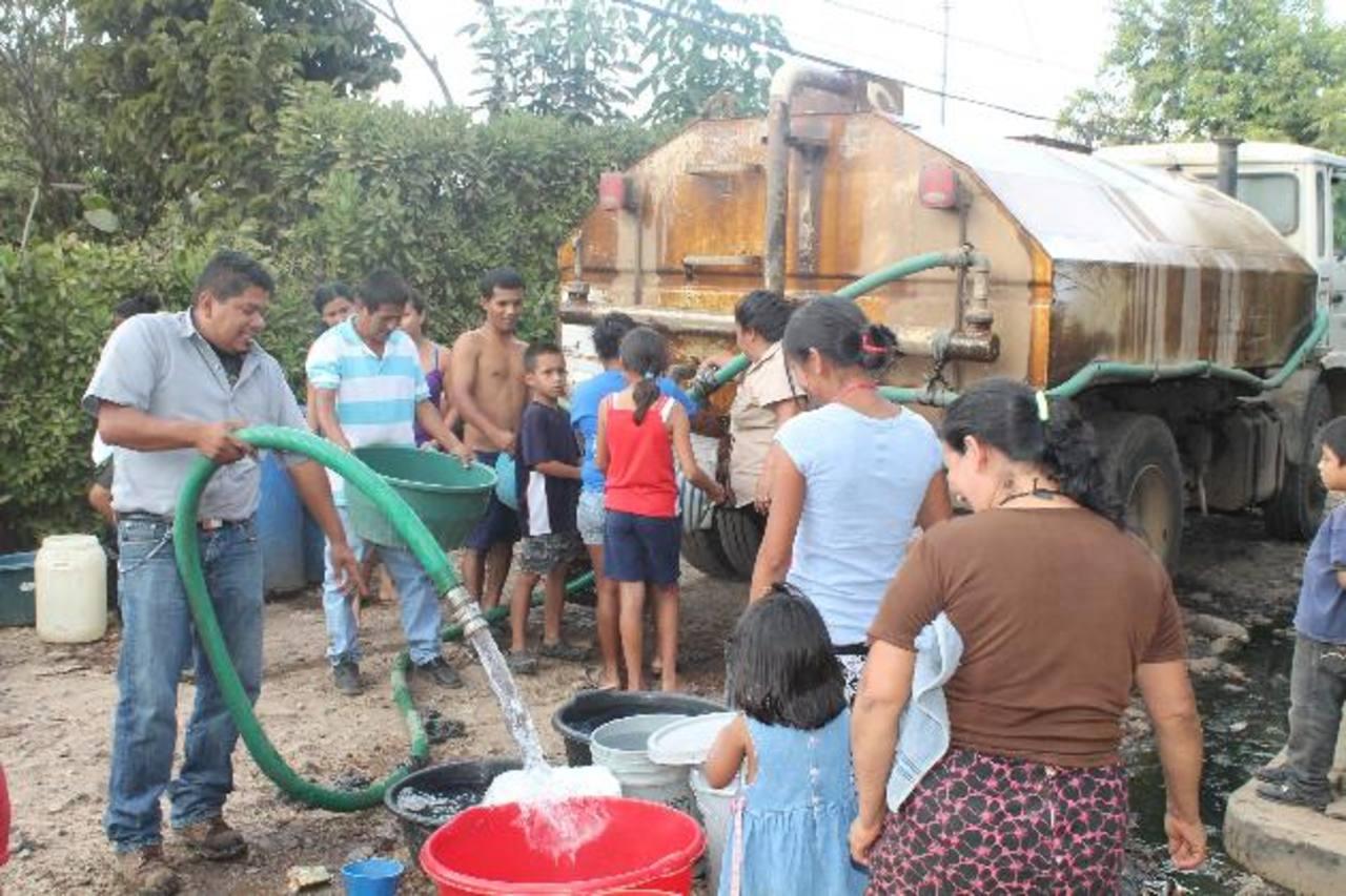 La alcaldía de Ahuachapán ha comenzado a llevar agua a las familias afectadas. El alcalde Rafael Morán Orellana explicó que la ayuda será hasta que la Asociación Comunal resuelva el problema con la bomba que los abastece. Foto EDH / Roberto Zambrano