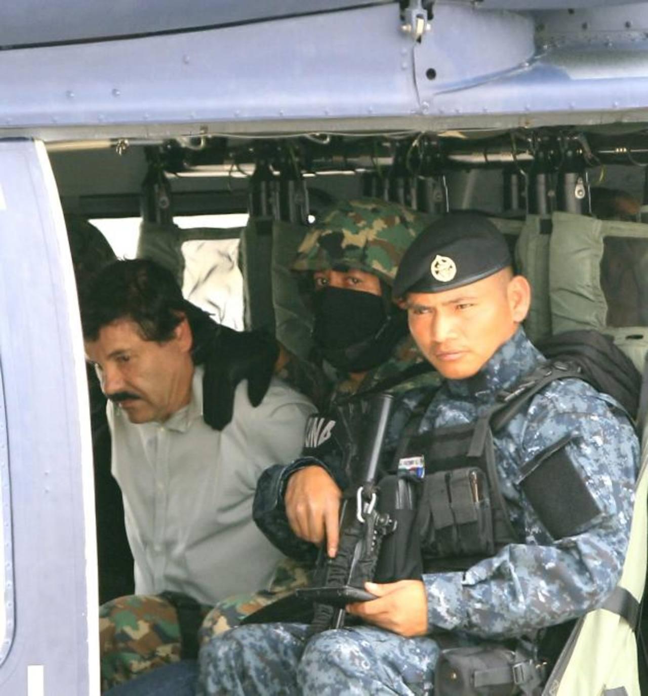 """Militares mexicanos conducen al máximo cabecilla del cártel de Sinaloa, Joaquín """"El Chapo"""" Guzmán (izq.), tras su captura el sábado. Foto EDH /efe"""