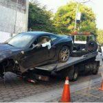 Este Ferrari California se accidentó en el Redondel Masferrer y fue abandonado por sus ocupantes. FOTO EDH Archivo.