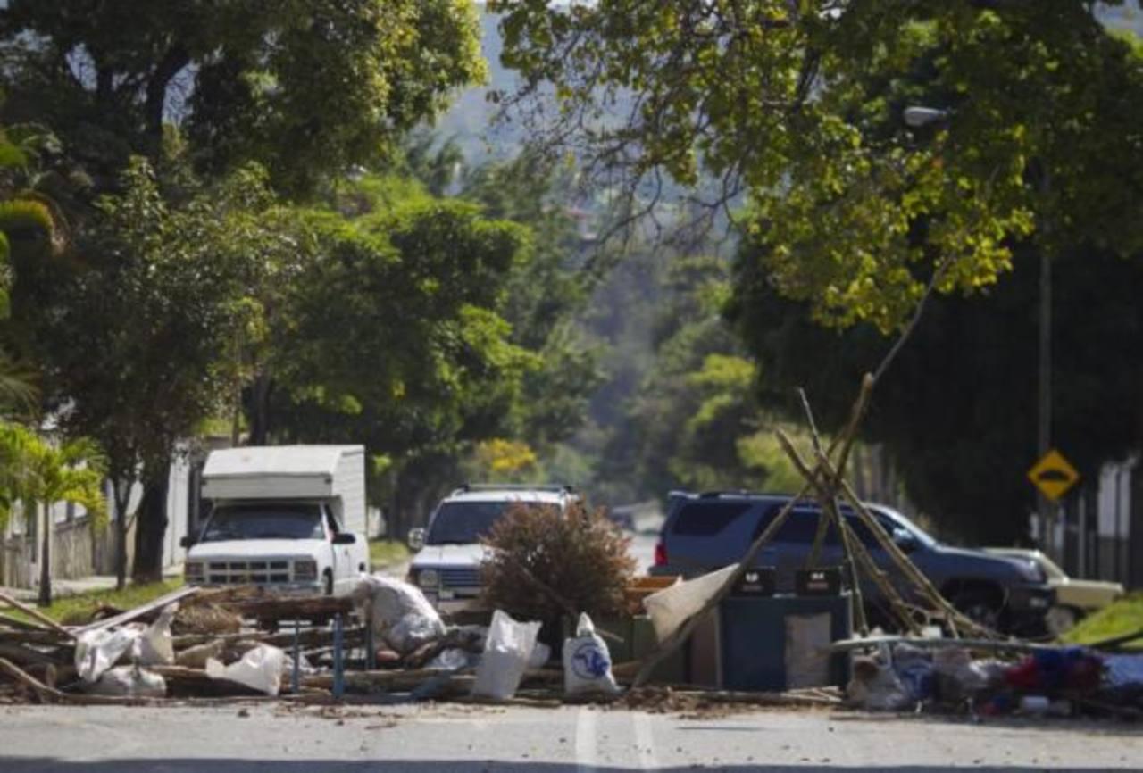 Manifestantes bloquean vías en Caracas, Venezuela