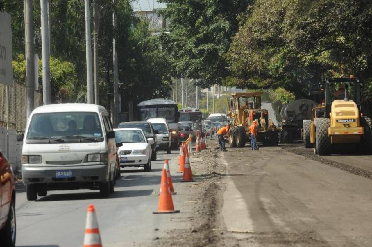 En el kilómetro 9 de la Panamericana, en ambos sentidos, se formó una larga fila de automotores. Fotos EDH / Lissette Monterrosa