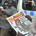 Un hombre lee un periódico en cuya portada aparece el presidente de Uganda, Yoweri Museveni, firmando una ley que castiga la homosexualidad con cadena perpetua. Foto/ EFE