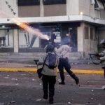 La Policía Nacional Bolivariana (PNB) lanzó gases y perdigones contra los estudiantes reunidos en la plaza Altamira. fotos EDH / efe