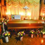 Familiares de Teresa del Carmen S.V., de 14 años, velaban ayer el cuerpo de la menor, asesinada junto a una de sus compañeras de aula del 7° grado. Las autoridades descartan que estuvieran ligadas a maras. Foto EDH / Jorge Reyes