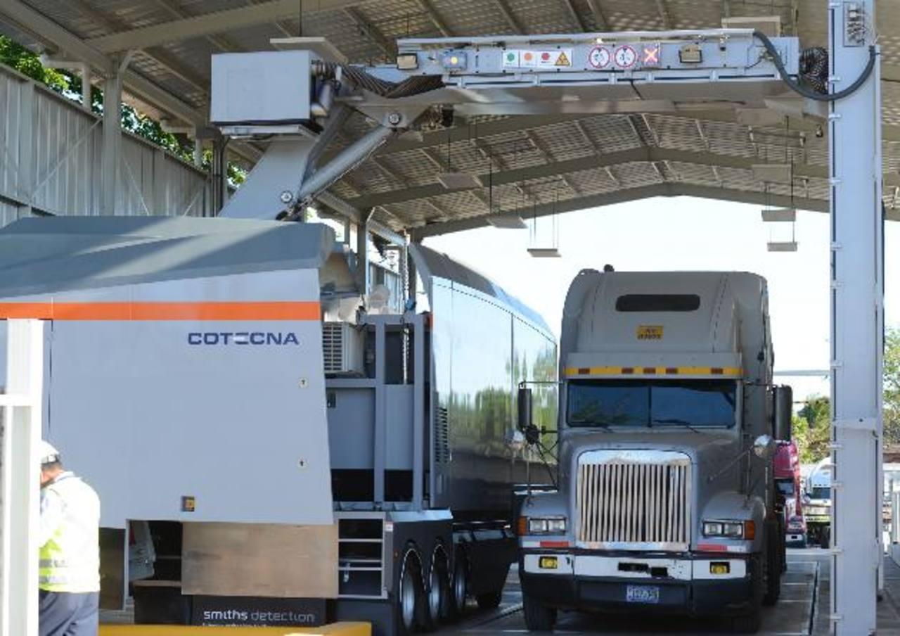 El escáner de rayos X implica un pago de $18, el cual es considerado por los exportadores como un tributo que encarece los procesos comerciales y que no moderniza las aduanas. foto edh