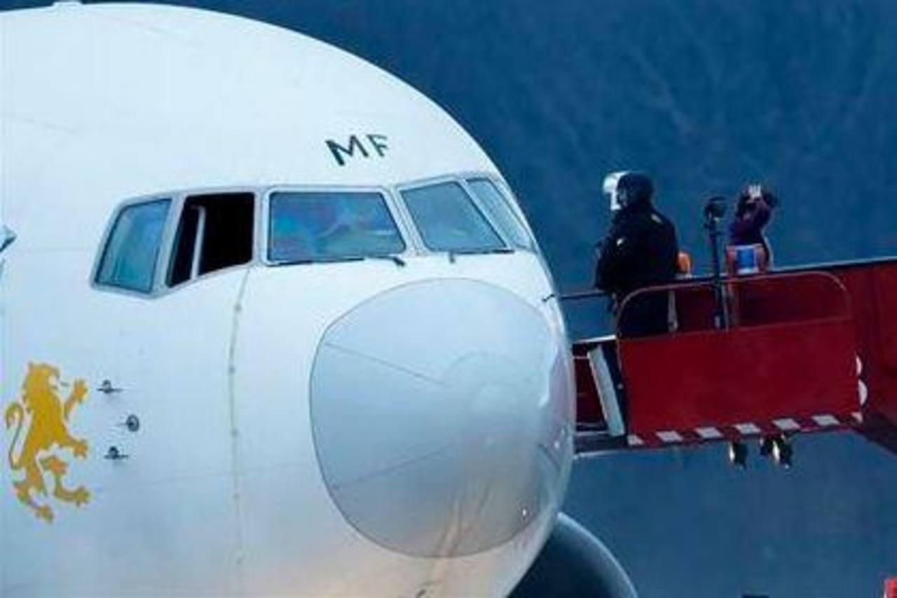 La policía vigila desde las escaleras un avión de Ethiopian Airlines que fue secuestrado, en Ginebra, Suiza. Foto/ AP