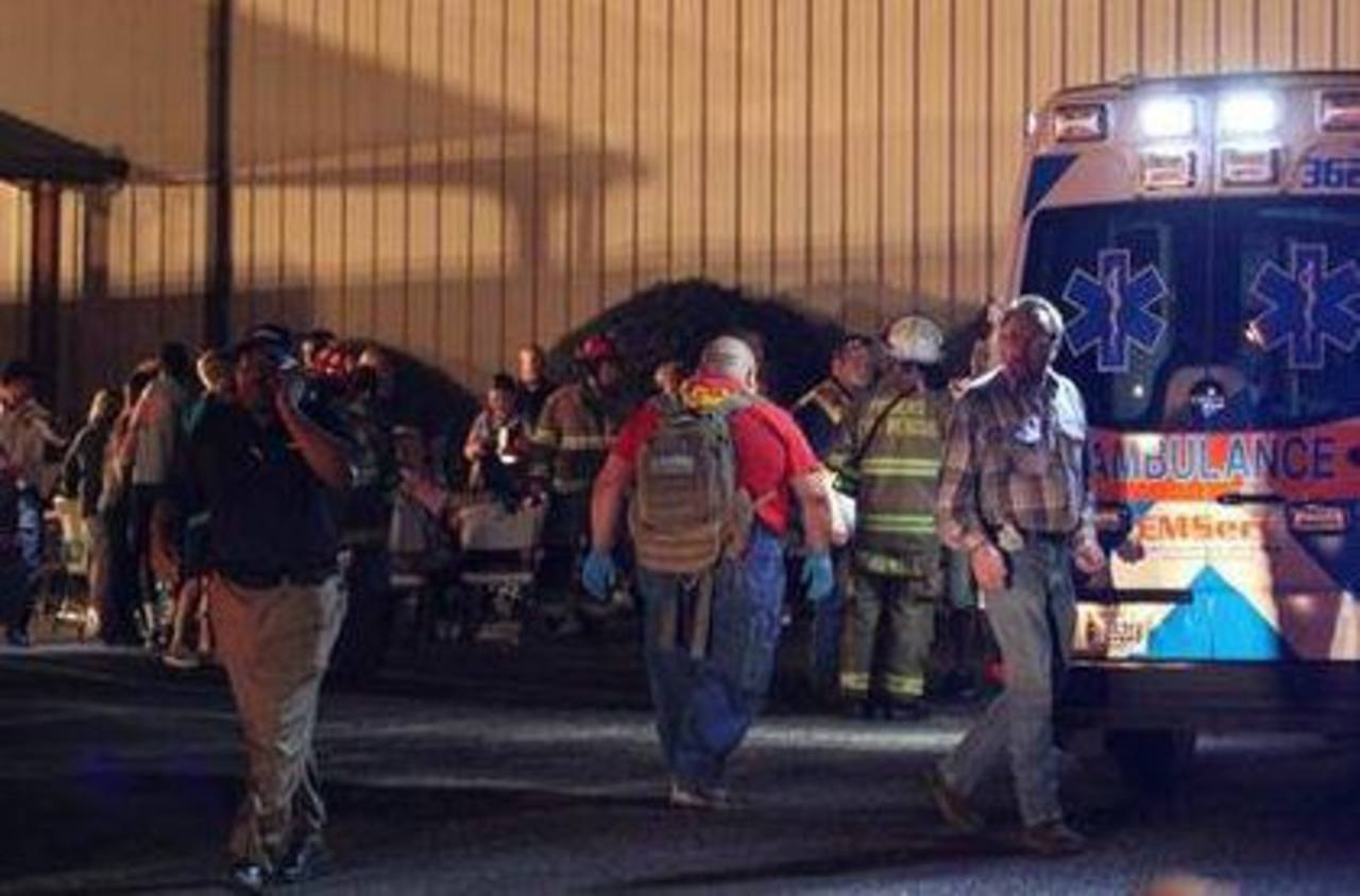 Paramédicos y voluntarios de condado Jones, en Missisippi atienden a los heridos tras el colapso del suelo en la Iglesia Bautista Libertad . Foto/ AP