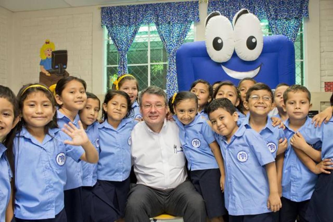 Rafael Barraza, presidente del Banco Agrícola, comparte con estudiantes de parvularia. foto edh / cortesía