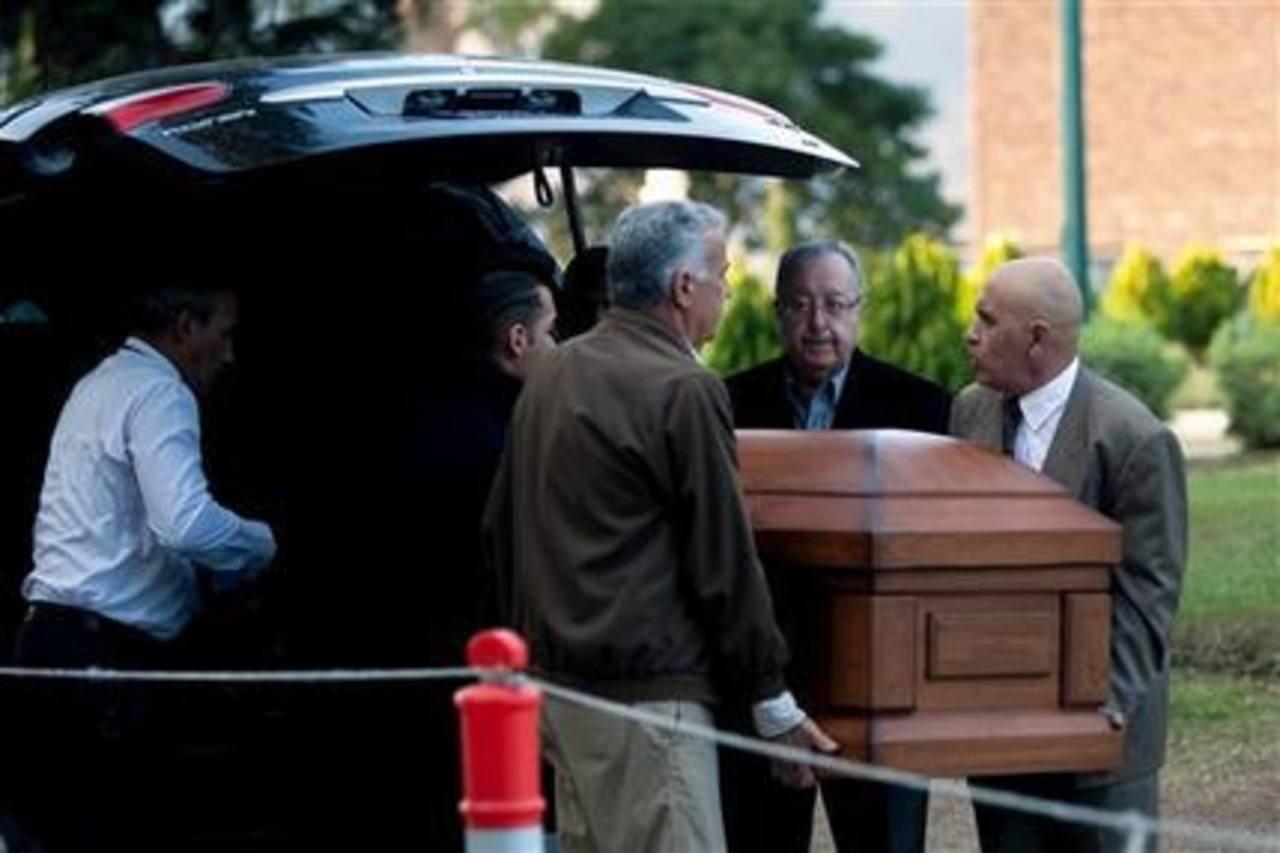 Amigos y parientes de Simón Díaz cargan el féretro con sus restos en Caracas, Venezuela.