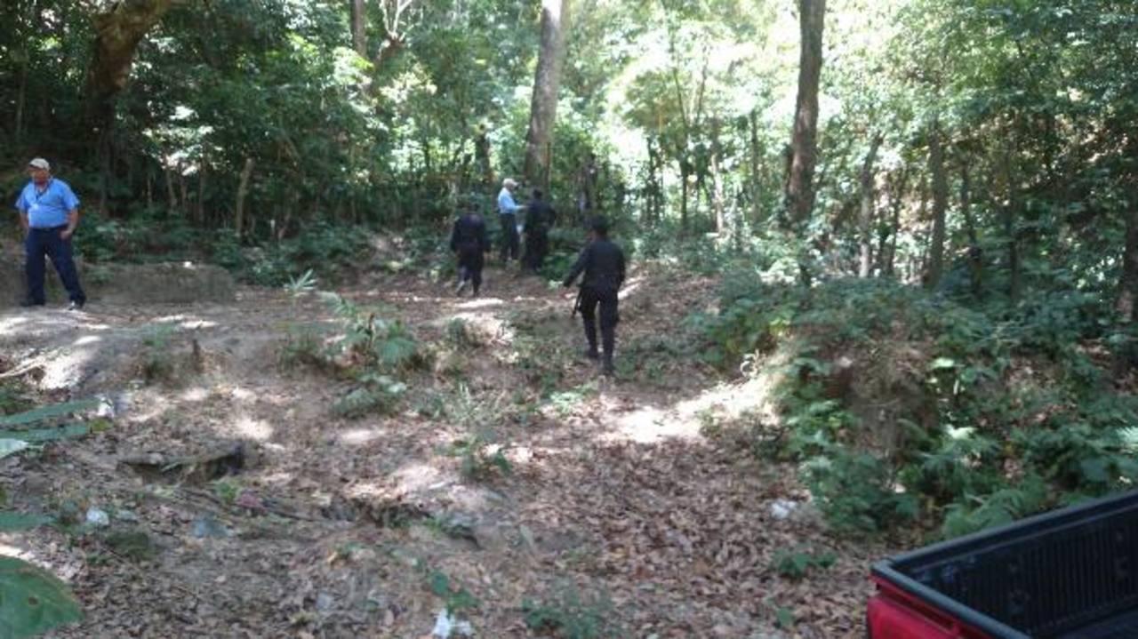 El cadáver de José Escobar Escobar, de 19 años, apareció ayer en un montículo del cantón El Espino en San Pedro Perulapán, tras tres días de haber sido raptado. Foto EDH / Jaime López