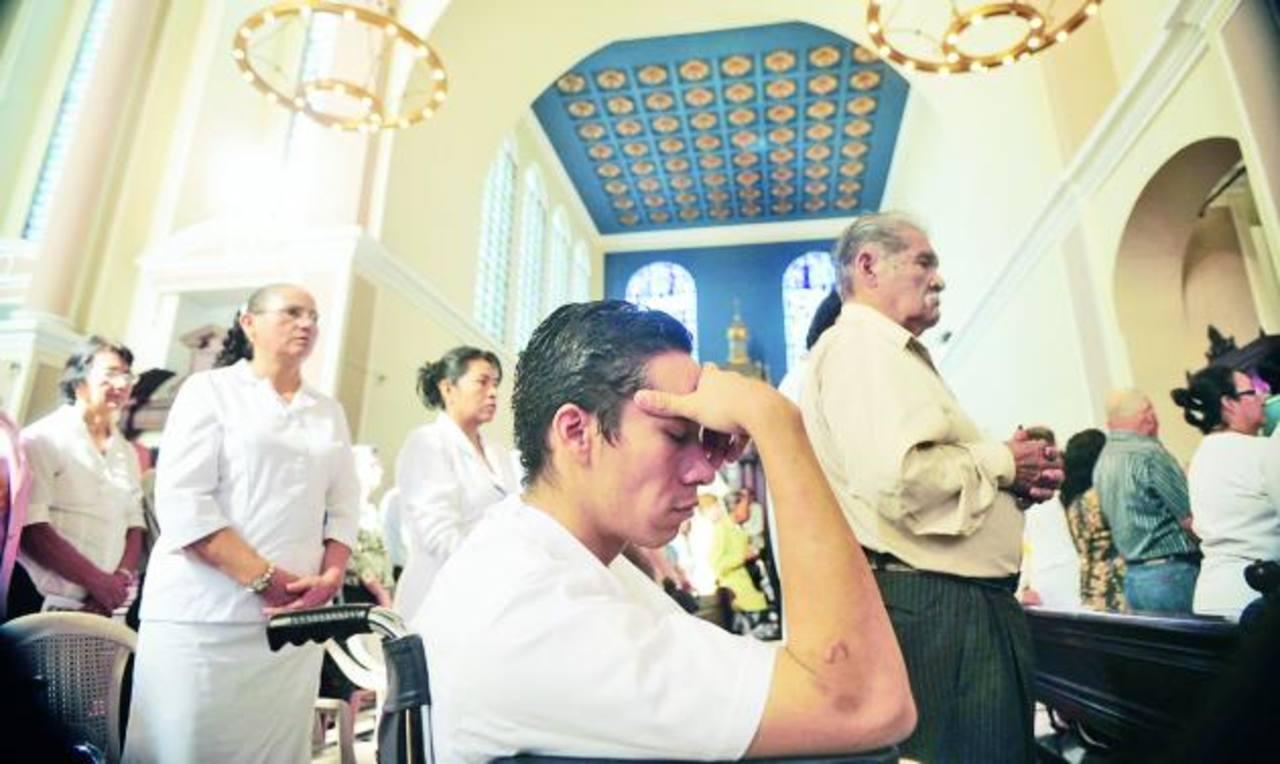 Cientos de feligreses acudieron ayer a la Catedral Metropolitana para escuchar el mensaje del Papa Francisco a los enfermos. Fotos edh / RENÉ QUINTANILLA