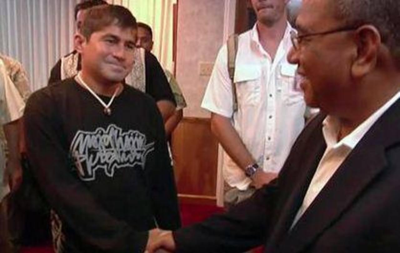 José Salvador Alvarenga (izquierda), el náufrago salvadoreño, se despide del presidente de las Islas Marshall, Christopher Loeak, antes de tomar un avión a Hawái en el aeropuerto de Majuro. Foto/ AP