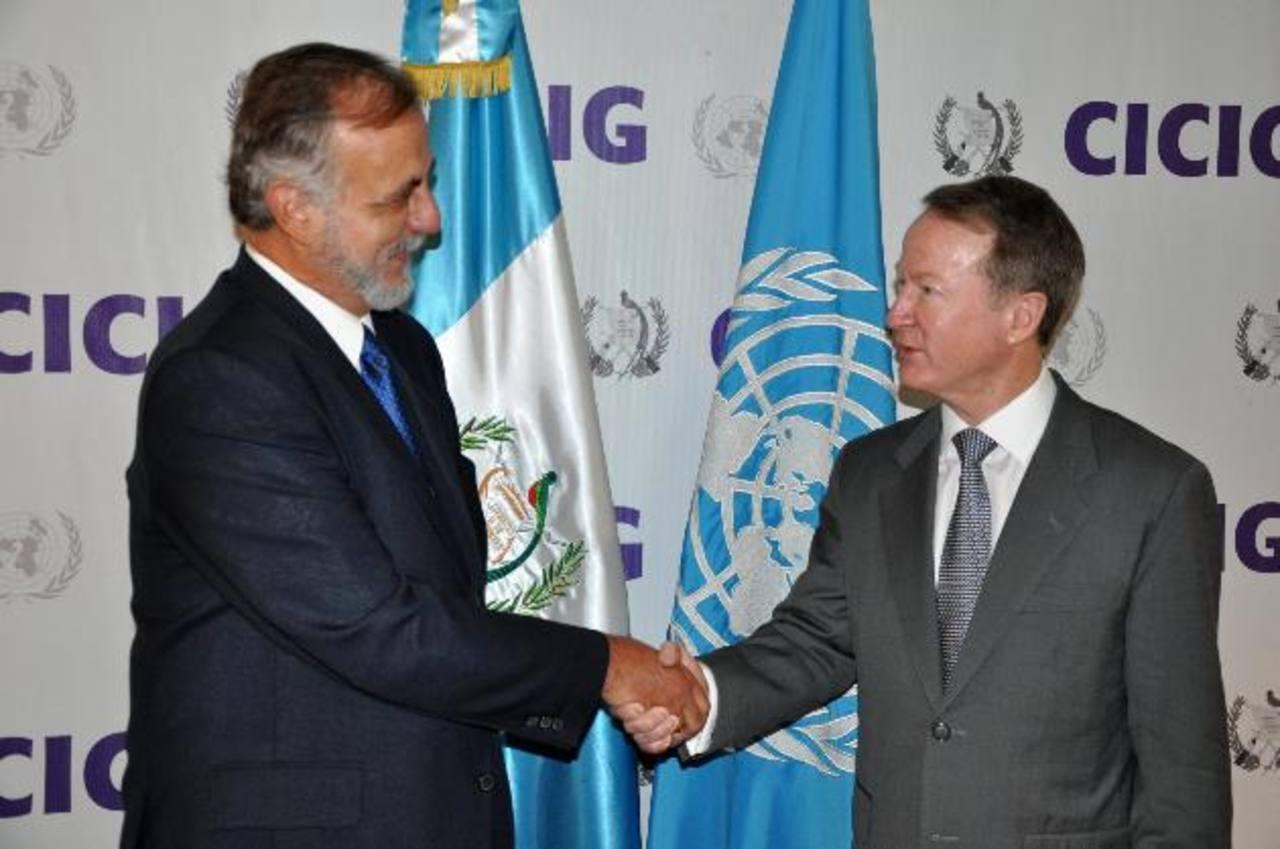 El jefe de la Comisión Internacional contra la Impunidad en Guatemala (CICIG), Iván Velásquez (izq.), saluda al subsecretario de Estado de EE.UU. para Antinarcóticos y Seguridad, William Brownfield (der.).