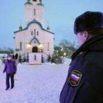 Un policía vigila la Catedral de la Resurrección de Cristo en la ciudad rusa de Yuzhno-Sajalinsk, en la isla de Sajalín, donde un individuo armado con un fusil mato a dos personas e hirió a seis. Foto/ AP