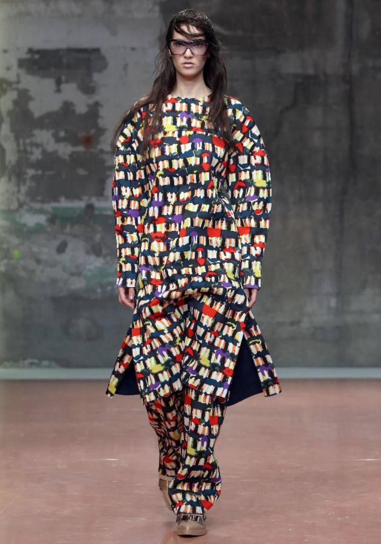 Diseños geométricos visten a la mujer en Milán