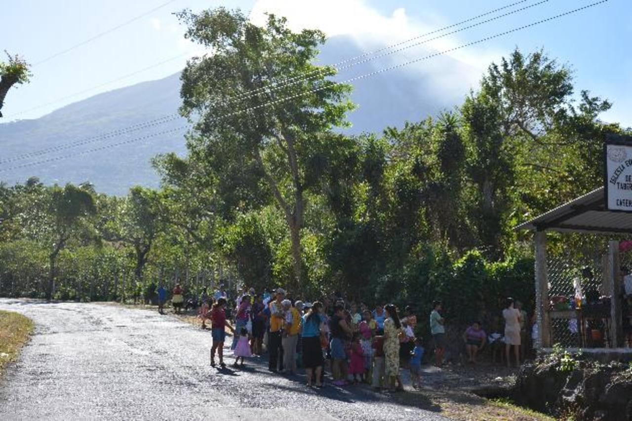 Las 186 familias llegaron temprano para recibir la ayuda. Foto EDH/Carlos sEGOVIA