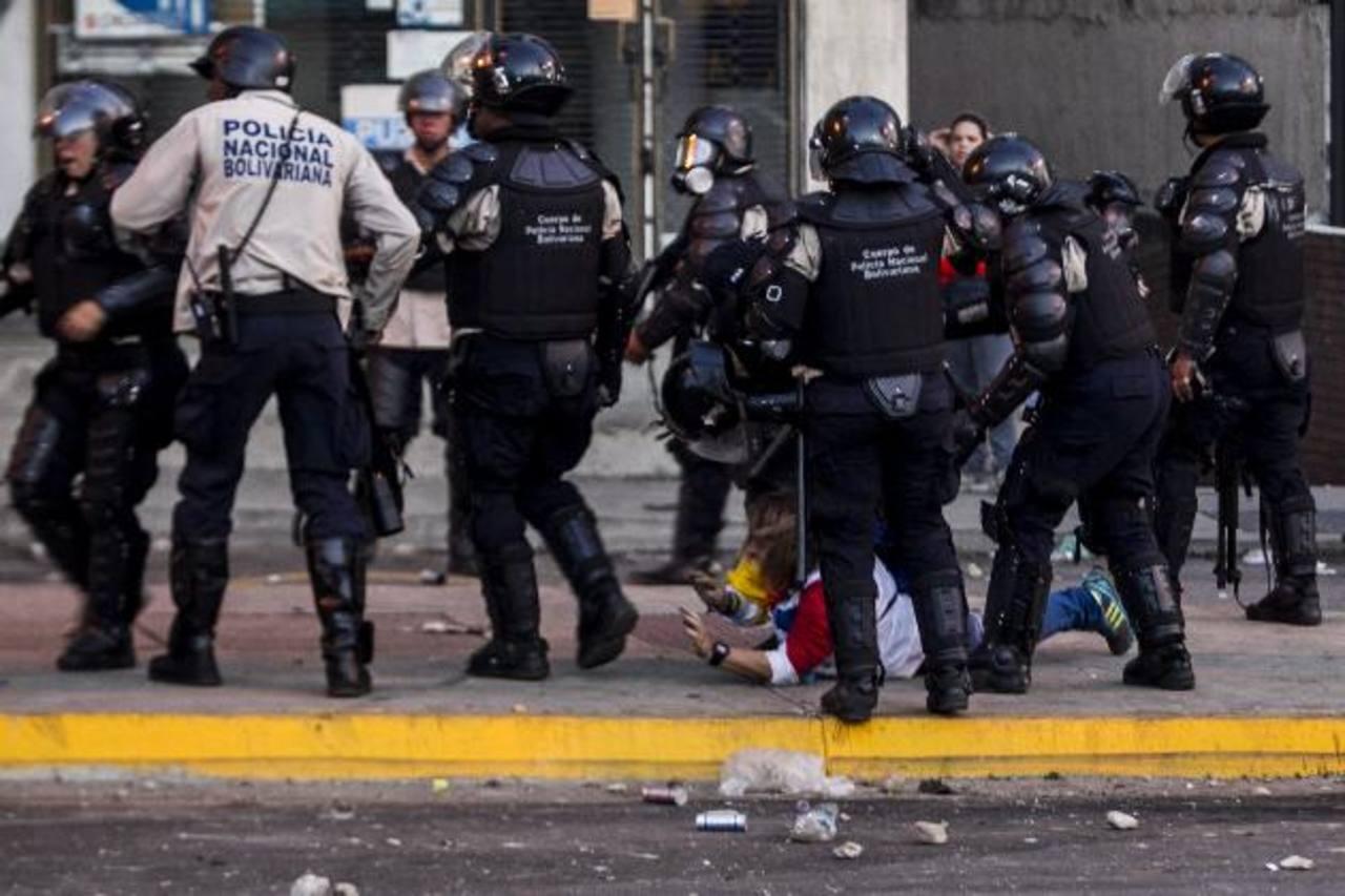 Miembros de la Policía Nacional Bolivariana (PNB) enfrentaron a los manifestantes ayer en la Plaza Altamira.