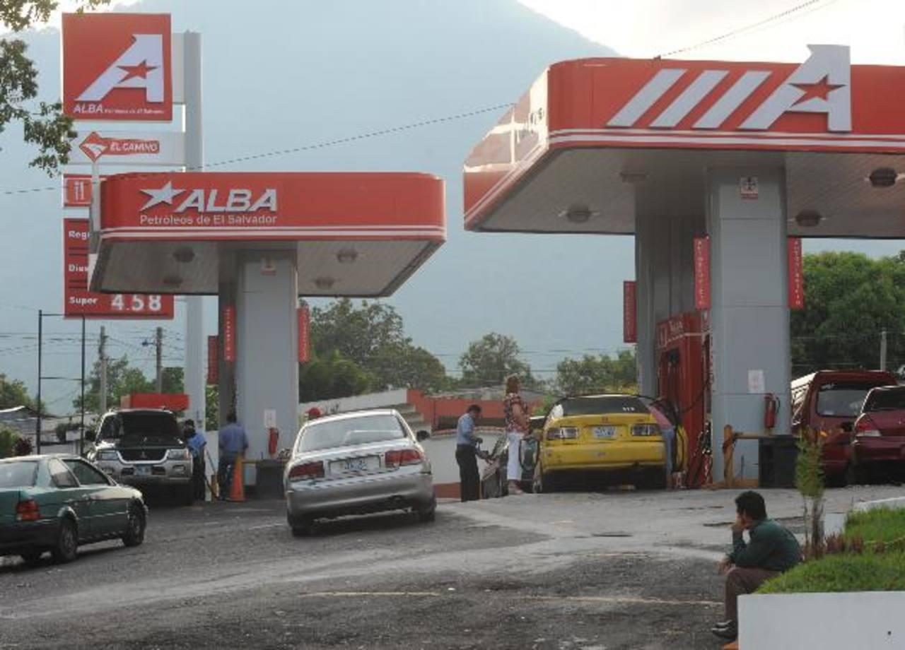 El agua embotellada se comercializaría a través de las gasolineras Alba. foto edh / archivo