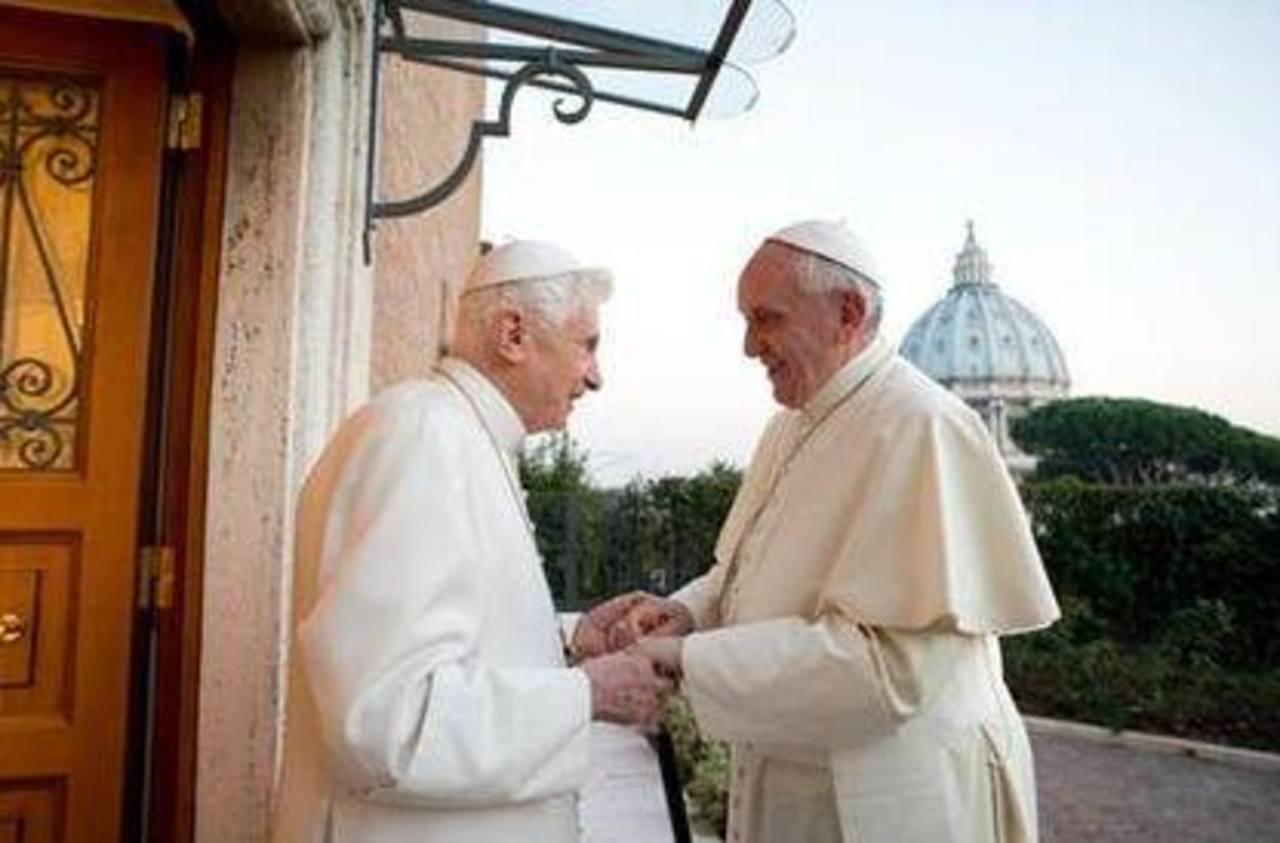 El papa emérito Benedicto XVI durante una visita que le realizó el papa Francisco. Foto/ Archivo