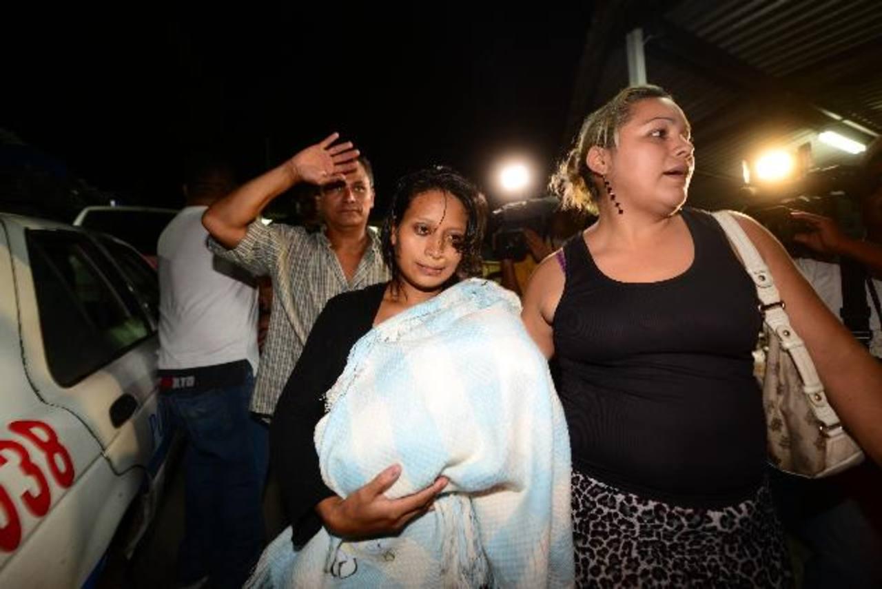 Menor rescatado en brazos de su madre. Foto EDH / Jorge R