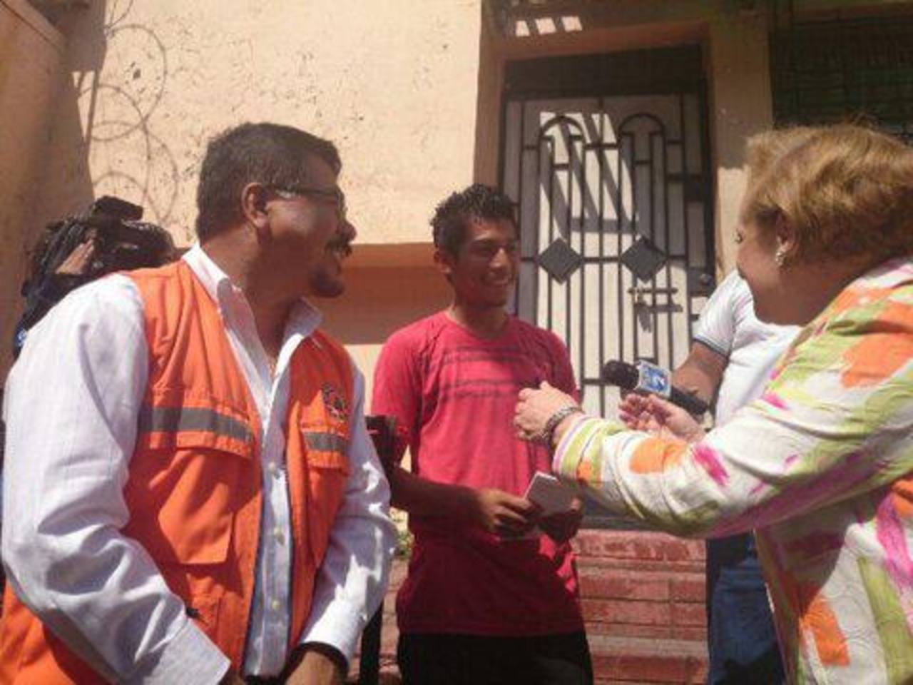 Autoridades entregan guías de prevención en barrio Santa Anita.